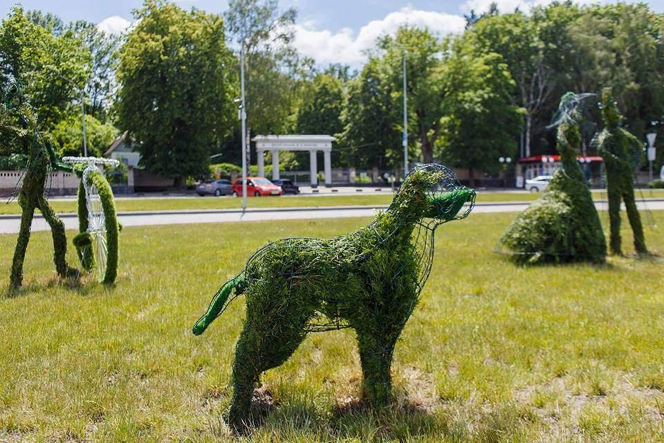 В Виннице появились сказочные скульптуры из декоративной туи (фото)