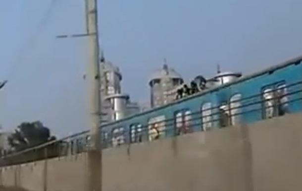 Двое подростков в районе станции метро Левобережная бегали по крыше вагона поезда