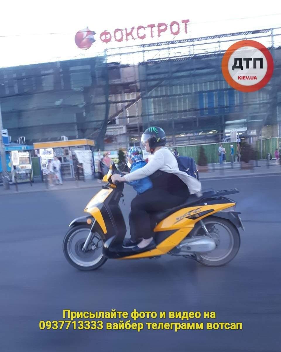 В столице женщина опасно транспортировала ребенка на скутере (фото)