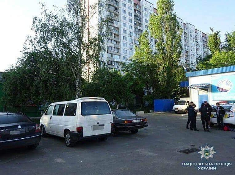 В Киеве полиция задержала двух неизвестных, которые ударили мужчину ножом в живот (фото)