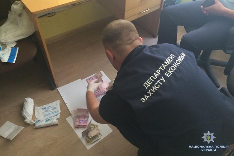 Полицейские задержали на взятки чиновника в Тернополе