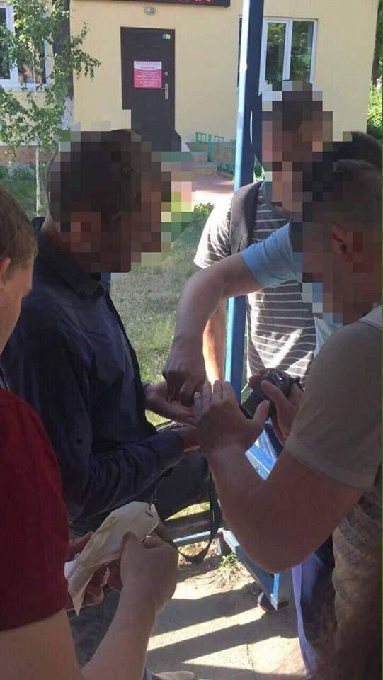 В Киеве во время получения взятки задержали чиновника Святошинской РГА