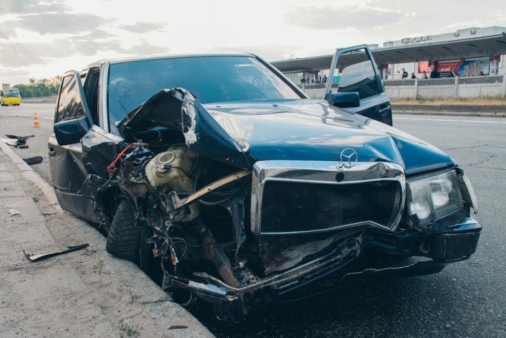 В Киеве водитель вылетел с проезжей части и протаранил стелу известного бренда