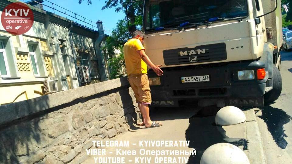 В Киеве фура снесла бетонные полусферы и вылетела на тротуар (фото)