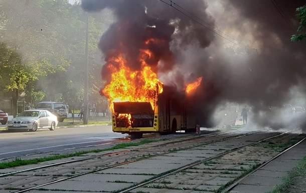 В центре Киева дотла сгорел автобус, в результате заблокировано движение трамваев