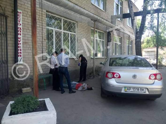 На территории больницы в Мелитополе скончалась женщина (фото)