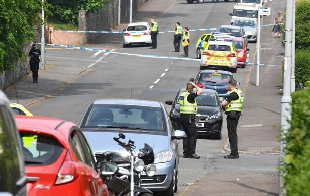 В Шотландии неизвестный напал с ножом на полицейских