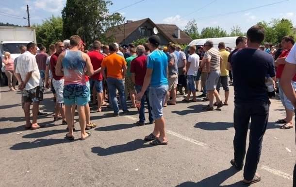 В Ивано-Франковской области  жители перекрыли дорогу, чтобы ее отремонтировали