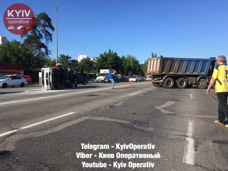 В Киеве перевернулся грузовик