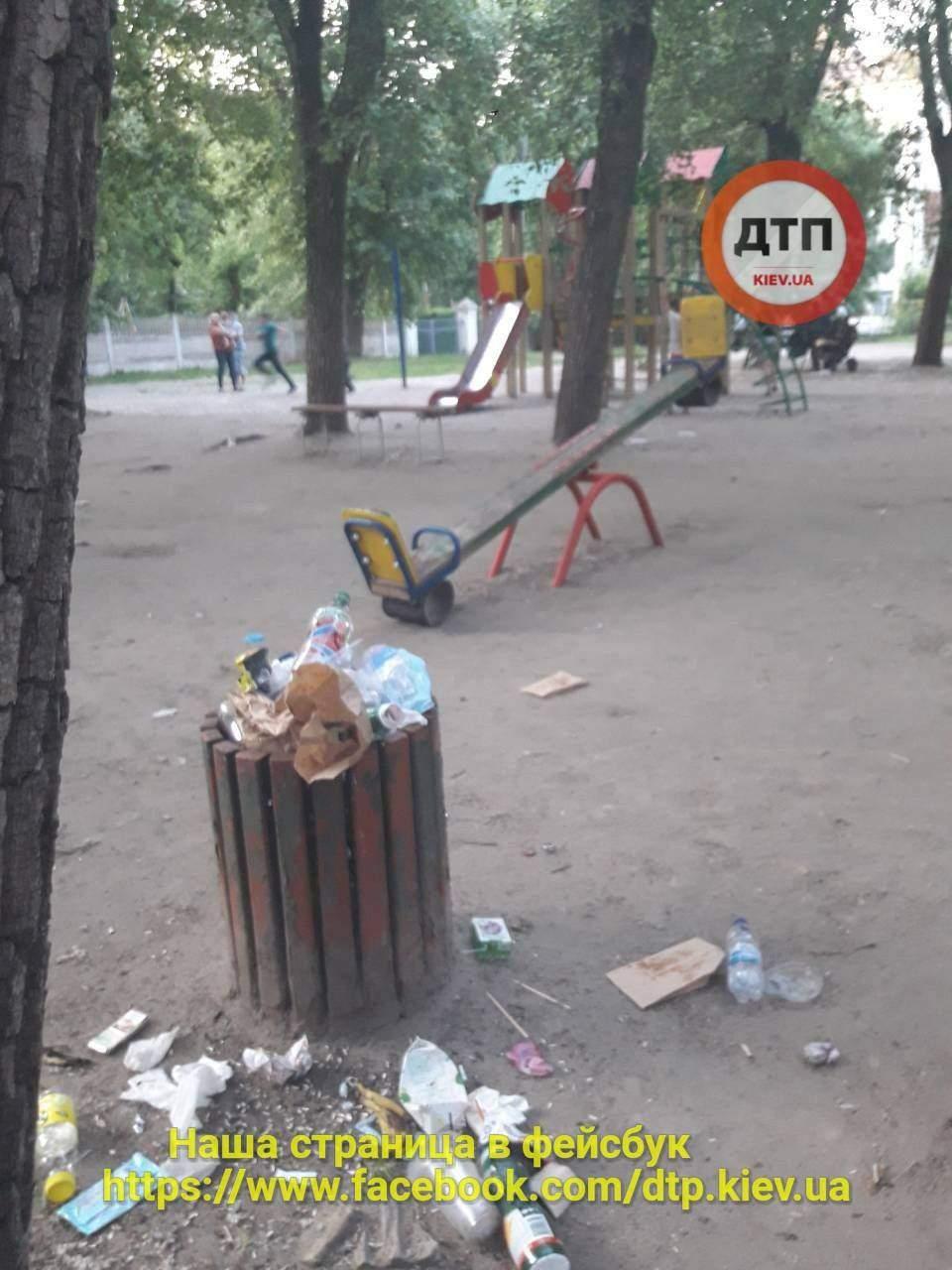 В Киеве территория детской площадки усыпана мусором (фото)