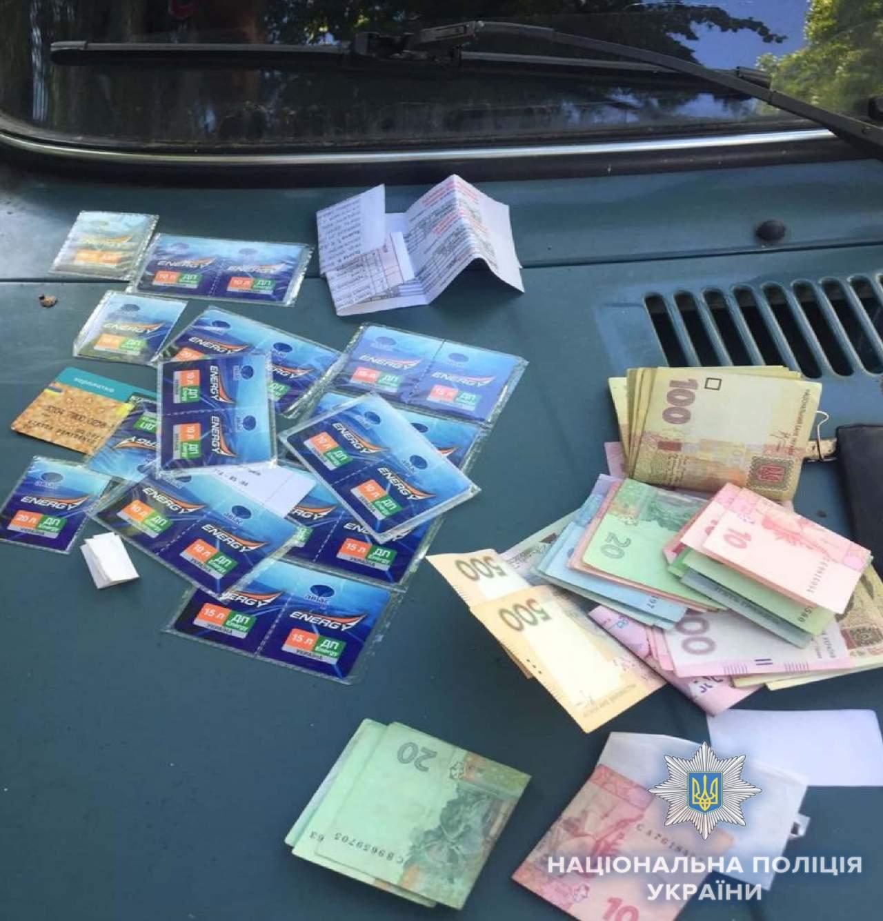 В Киеве задержали двоих мужчин, которые ограбили школьный автобус (фото)