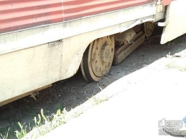 В Кривом Роге с рельс сошел трамвай (фото)