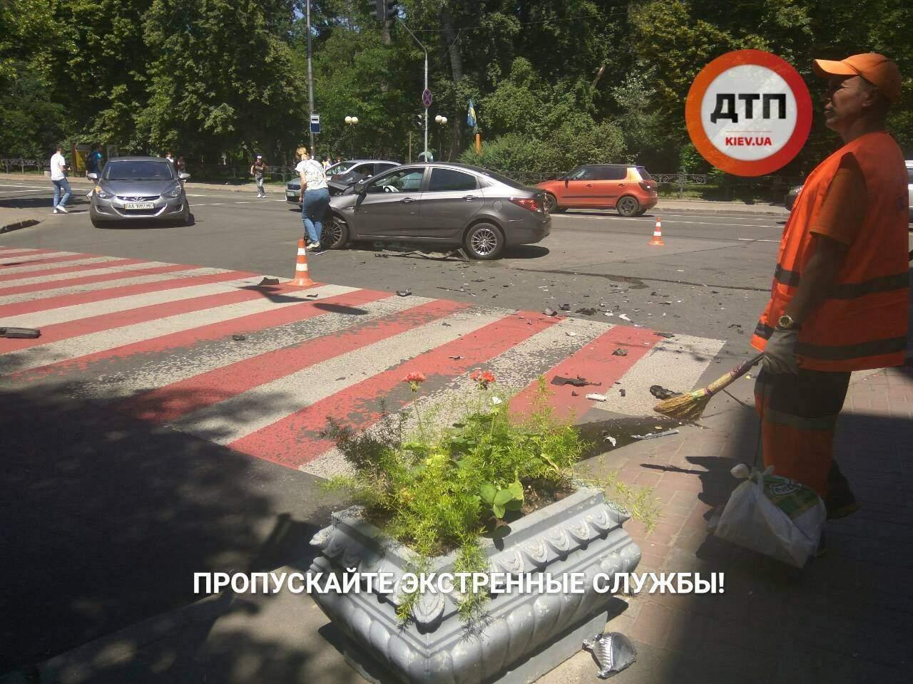 В центре Киева столкнулись два автомобиля: два водителя находятся в шоковом состоянии (фото)