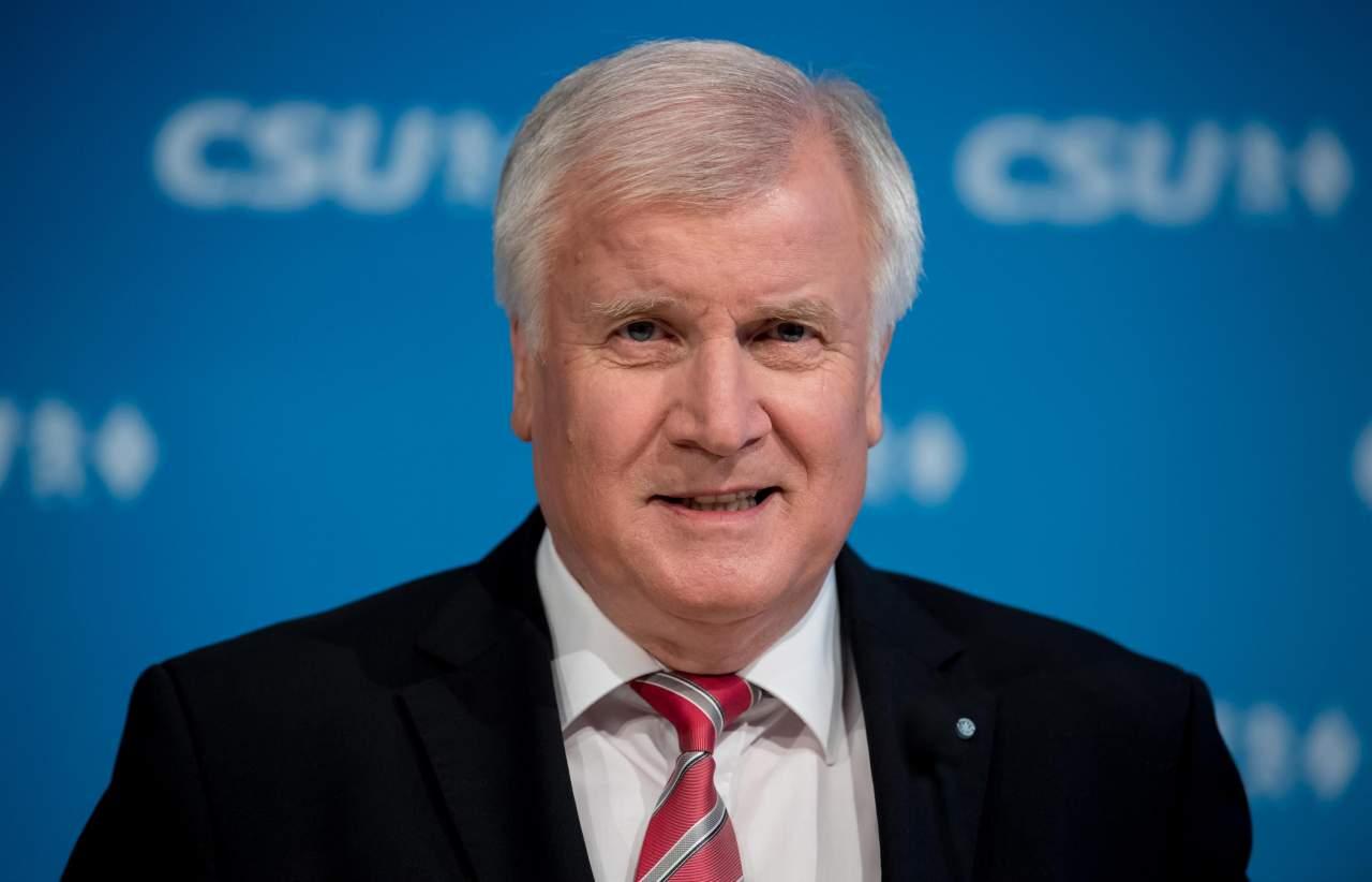 Министр внутренних дел Германии посетит ЧМ по футболу в РФ