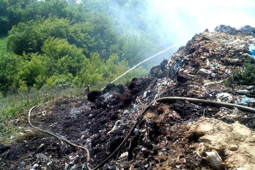 На Полтавщине четвертый день тушат пожар на мусорной свалке (фото)