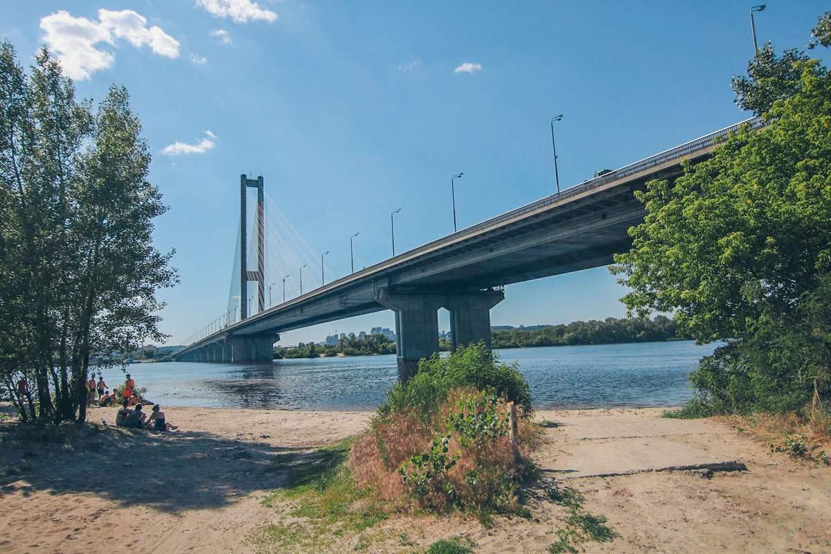 В Киеве мужчина разбился о дно реки Днепр