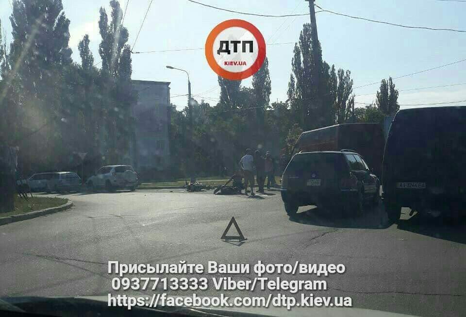 В Киеве автомобиль столкнулся с мотоциклистом: есть пострадавшие (фото)