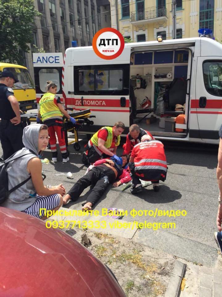 В Киеве женщина переходила дорогу в неположенном месте и попала под колеса автомобиля (фото)