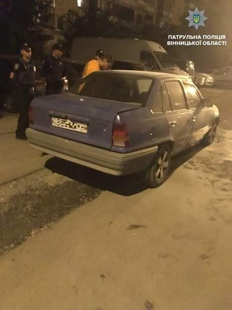 В Виннице пьяный водитель избил полицейских, потушивших его автомобиль (фото)