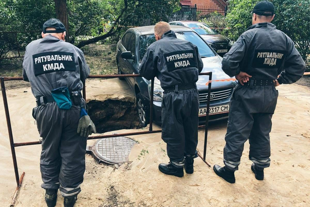 В Киеве автомобиль повис над люком, в котором прорвало трубу (фото)