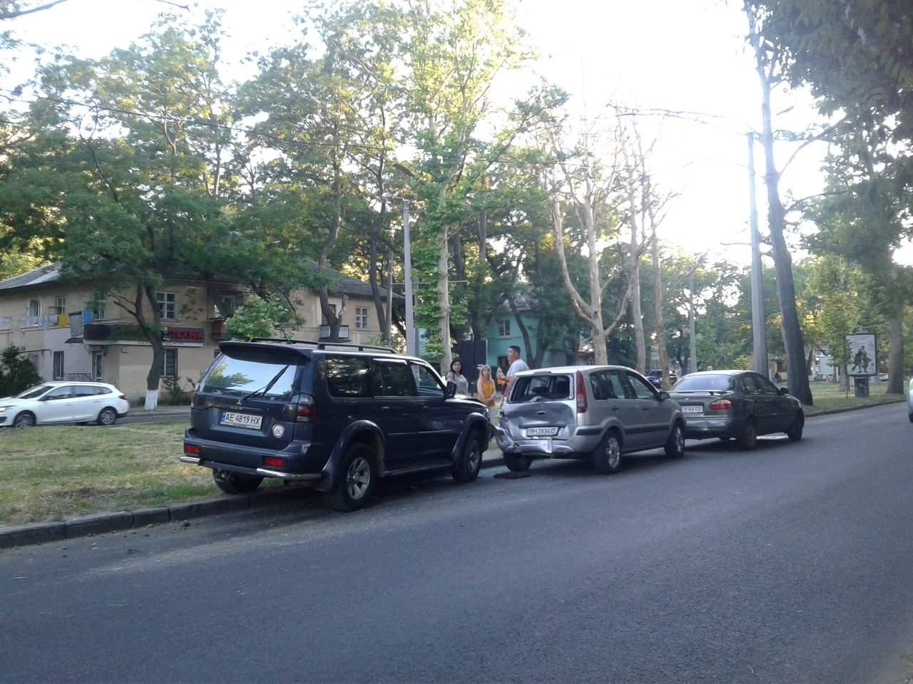 В Одессе столкнулись сразу три автомобиля