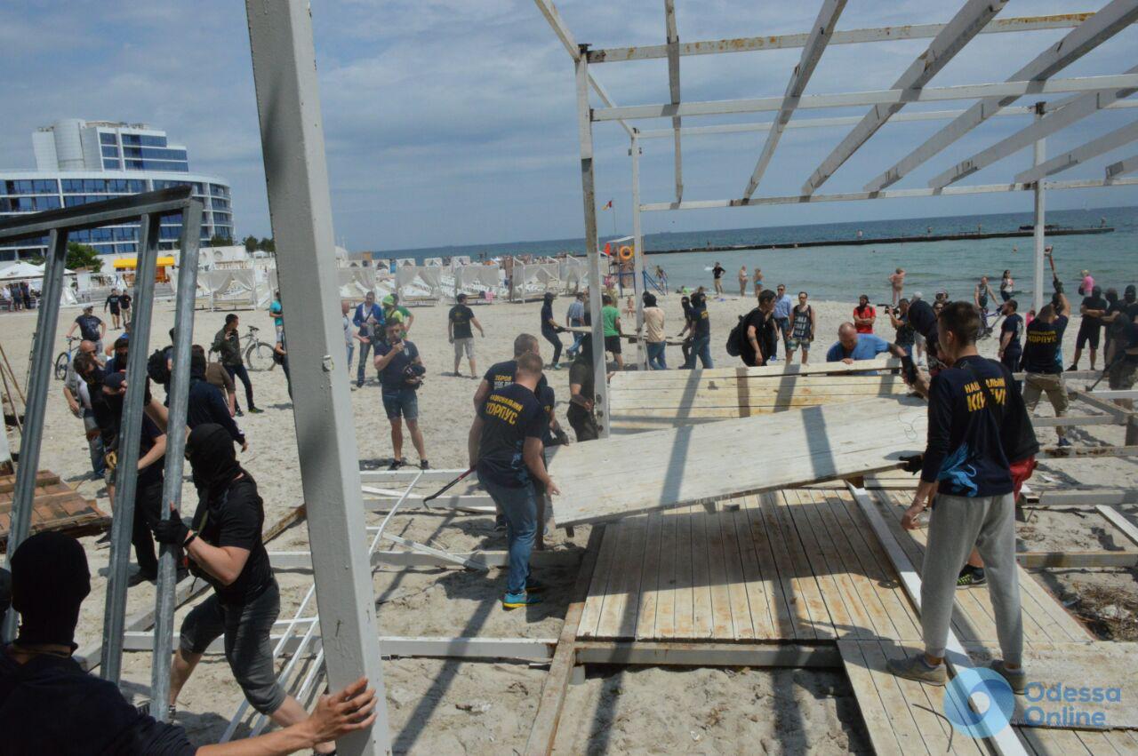 «Национальный корпус» и «Уличный фронт» сносят настилы на Одесском пляже (ФОТО)