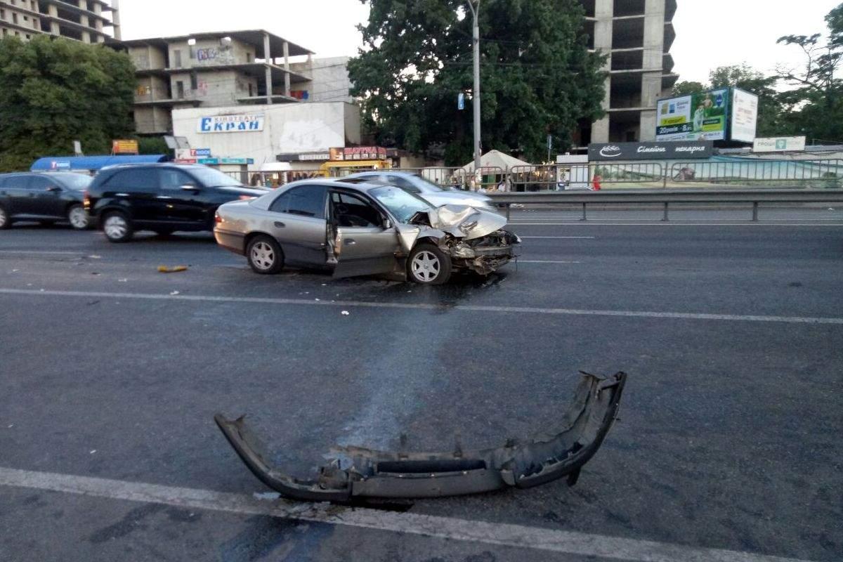 В Киеве произошло масштабное ДТП, есть пострадавшие (фото)