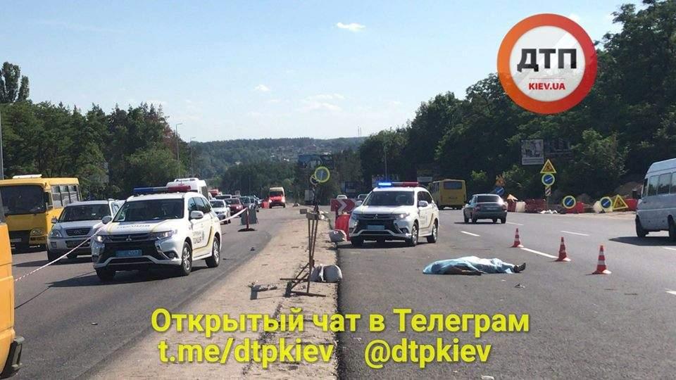 Под Киевом женщина погибла под колесами микроавтобуса, перебегая дорогу в неположенном месте (фото)
