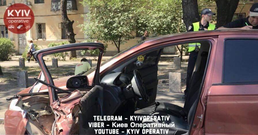 В Киеве проезжающий рядом грузовик вырвал дверь у припаркованного легкового автомобиля (фото)