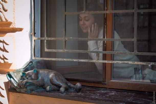 В Одессе неизвестные украли скульптуру любимого кота Жванецкого (фото)
