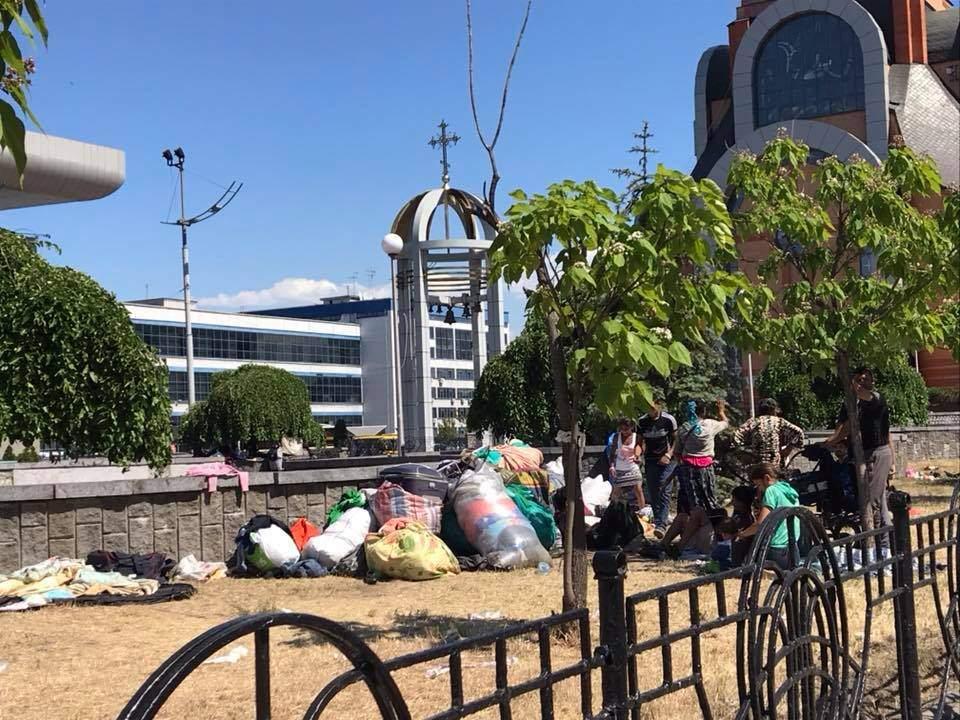 В Киеве на Южном Ж/Д поселились ромы, которые оставляют после себя много мусора