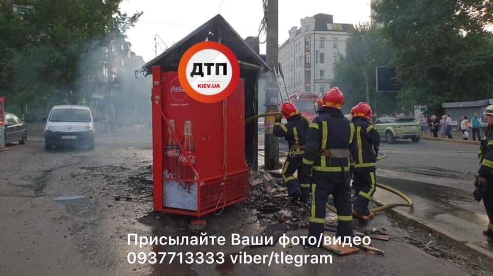 В Киеве дотла сгорел киоск (фото)
