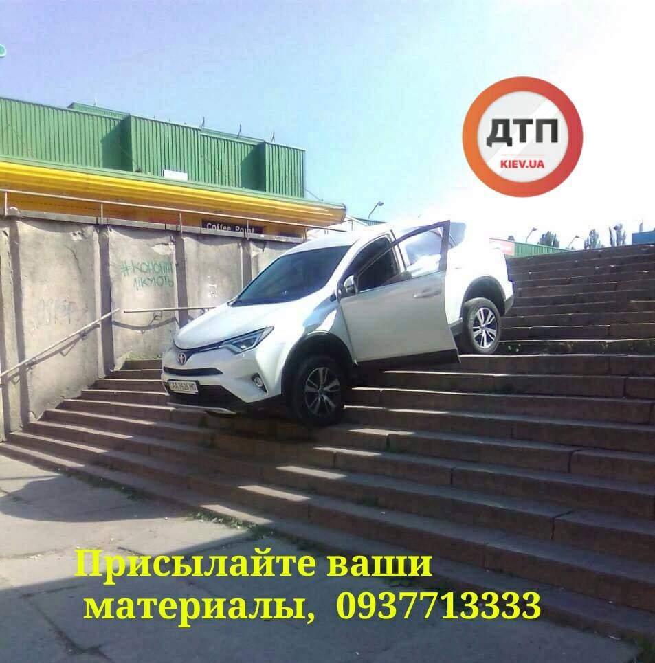 «Решил сократить путь»: В Киеве водитель иномарки съехал по ступенькам и застрял (фото)