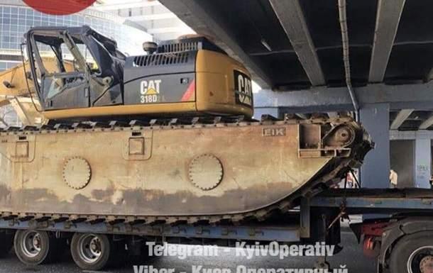В Киеве водитель тягача с негабаритным грузом задел мост