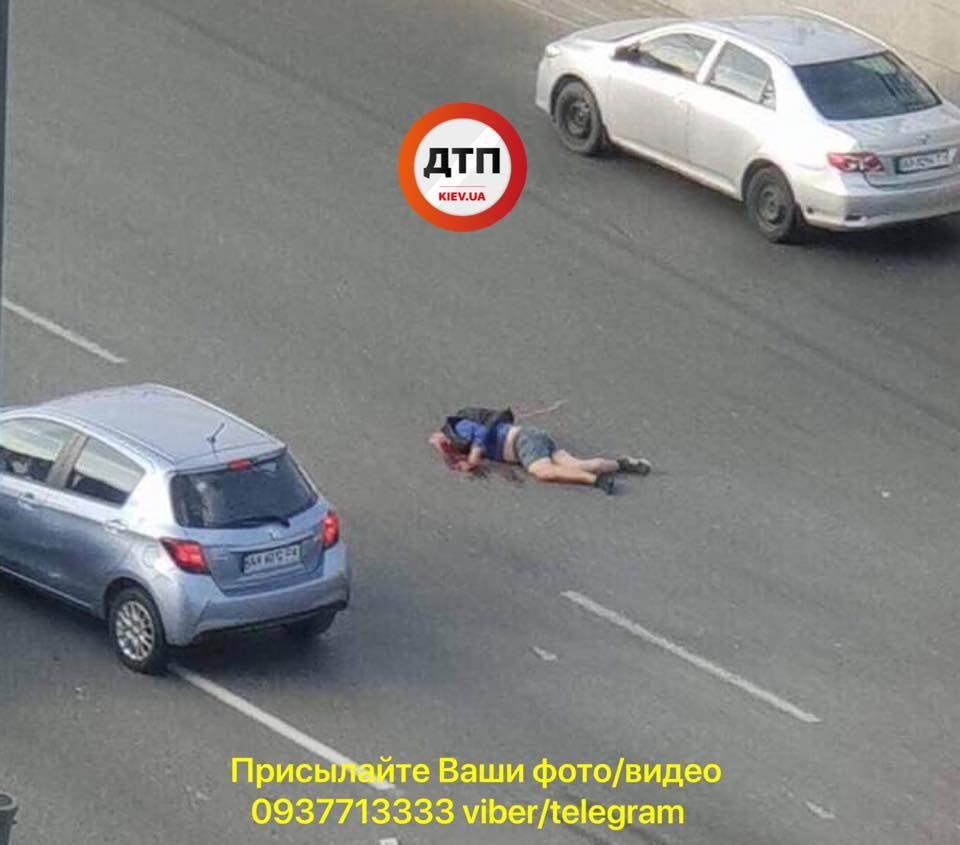 В Киеве сбили пешехода, он лежит без головы на проезжей части