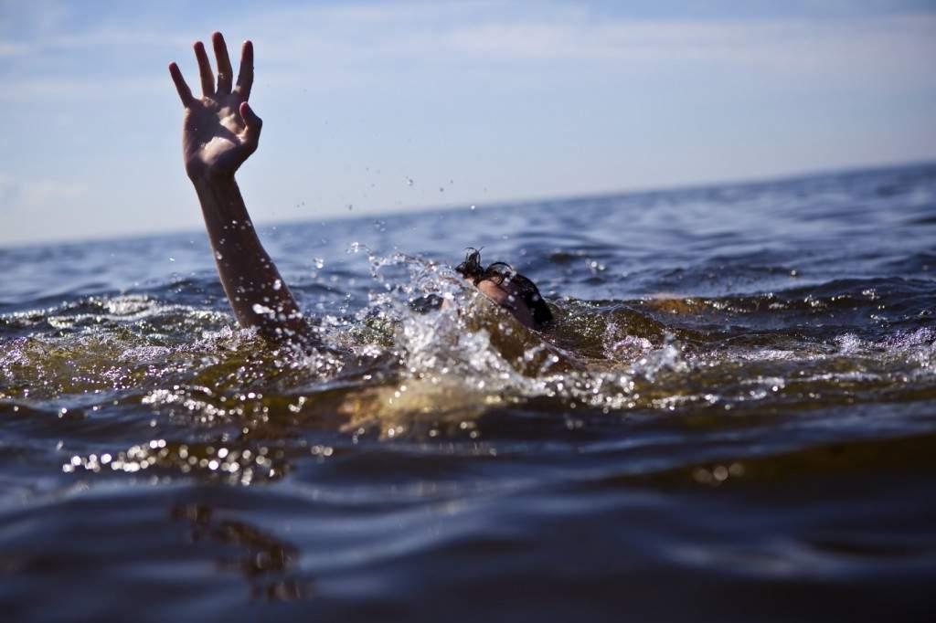 В Харькове из водоема достали тело молодой женщины