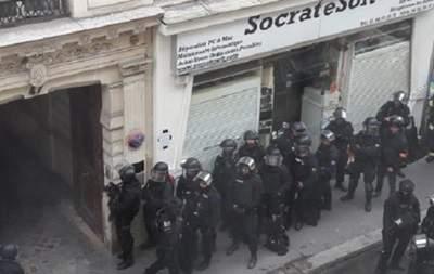 В Париже неизвестный мужчина взял в заложники двух человек