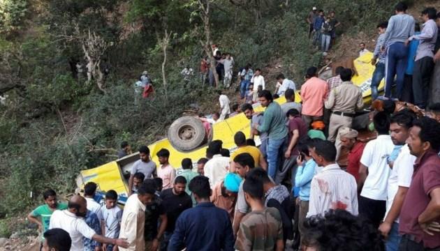 В Индии автобус на высокой скорости врезался в дорожный разделитель, есть погибшие