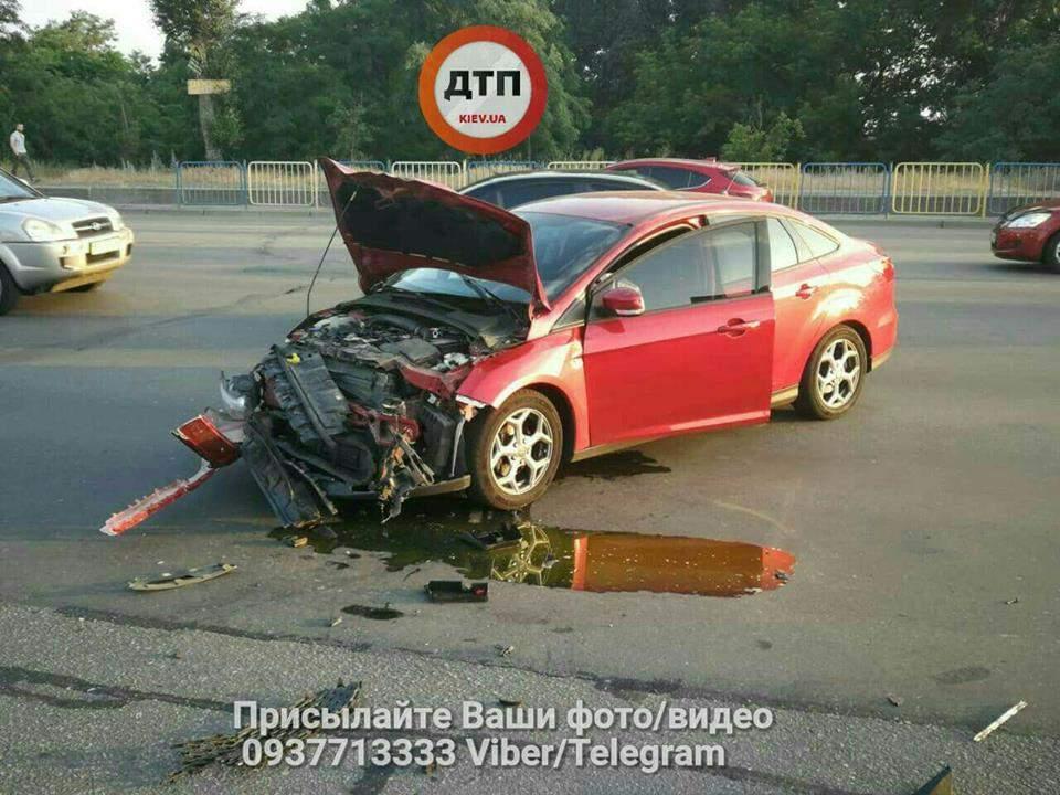 В Киеве произошло столкновение автомобиля