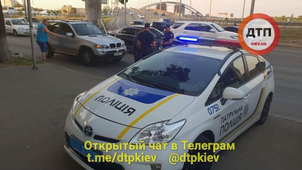 В Киеве  пилот мотоцикла упал на автомобиль