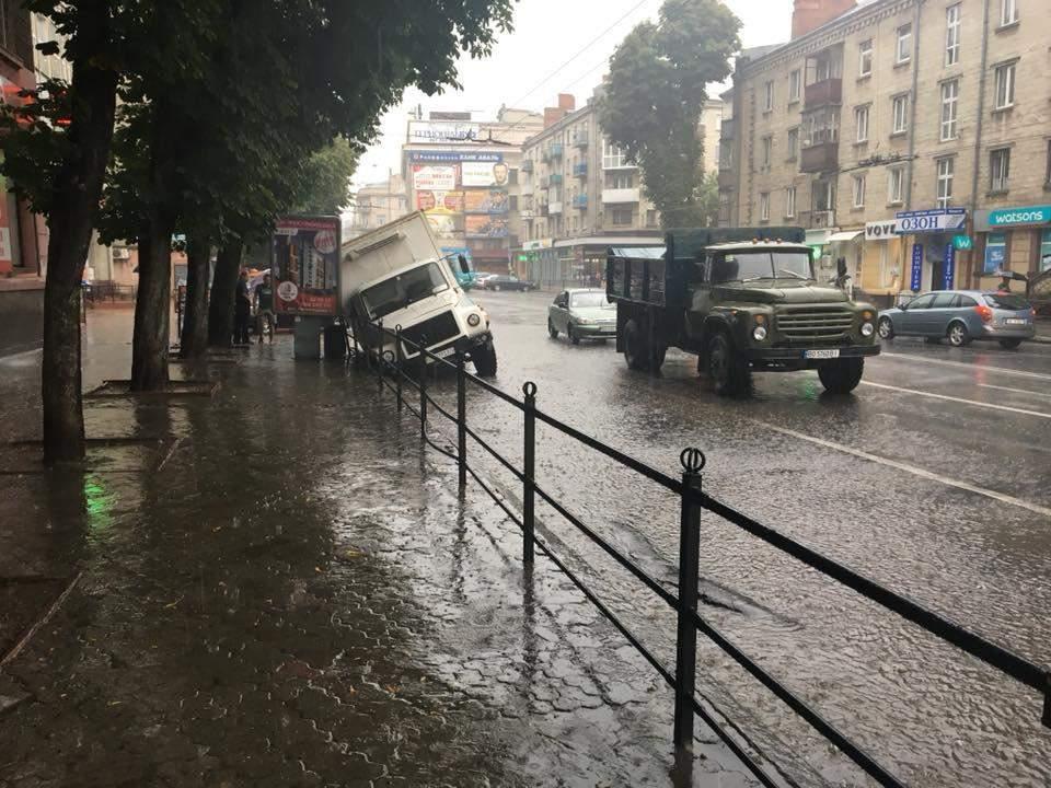 В Тернополе грузовик провалился в канализационный сток (фото)