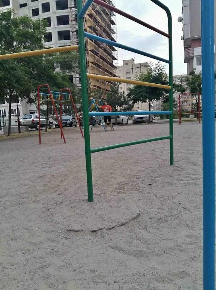 В Запорожье ребенок сломал позвоночник на детской площадке (фото)
