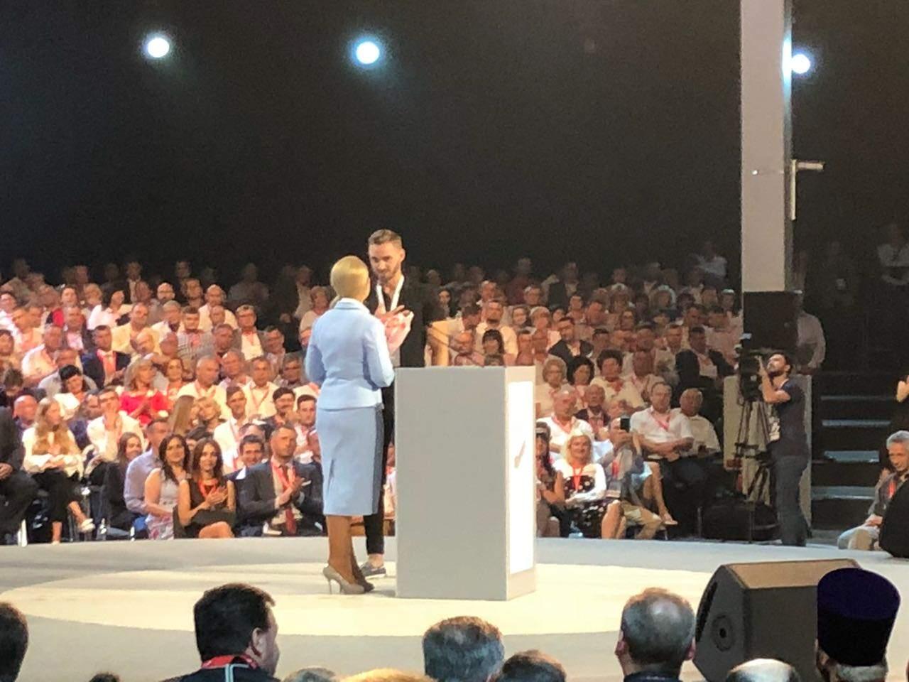 На форуме мужчина вручил Тимошенко цветы, а после оголил перед ней торс (фото)