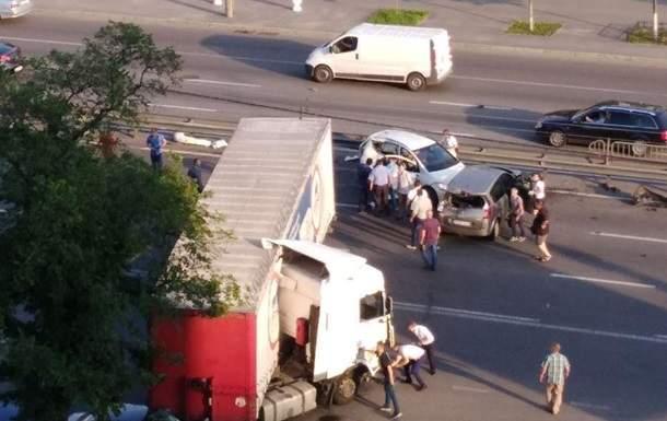 В Киеве масштабное ДТП заблокировало движение на проспекте Победы