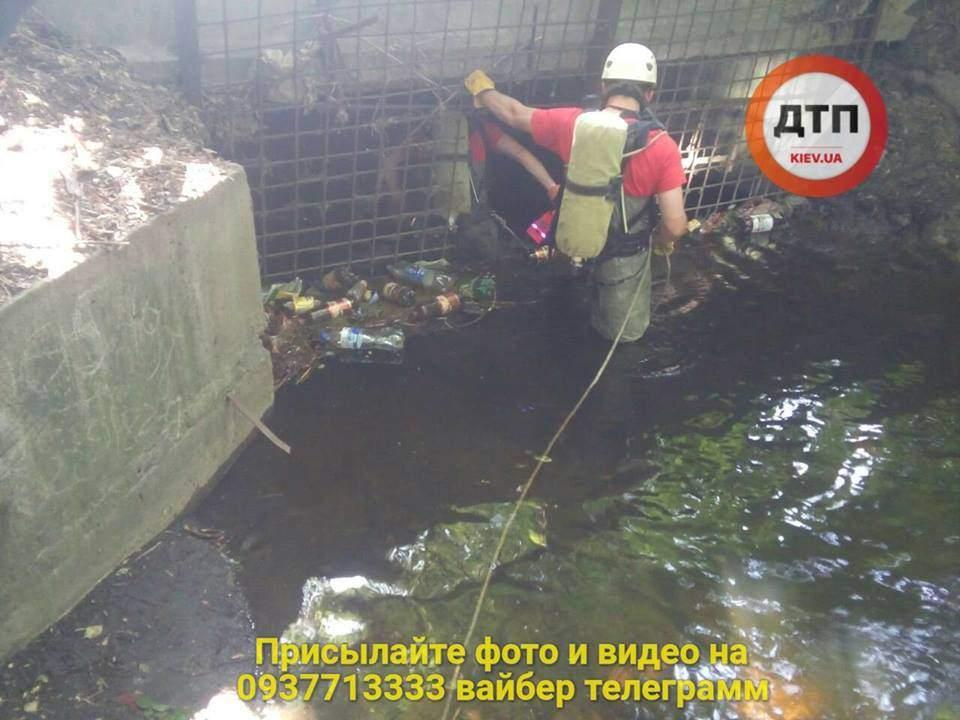 В Киеве в коллекторе обнаружен труп мужчины (фото)