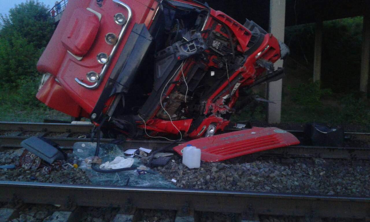 В Днепропетровской области грузовик сорвался с моста и рухнул на железнодорожные пути, есть пострадавшие