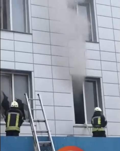 В Киеве охвачено огнем здание автовокзала (видео)