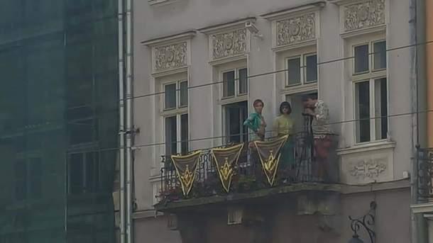 Во Львове девушки устроили обнаженную фотосессию напротив Ратуши (фото)
