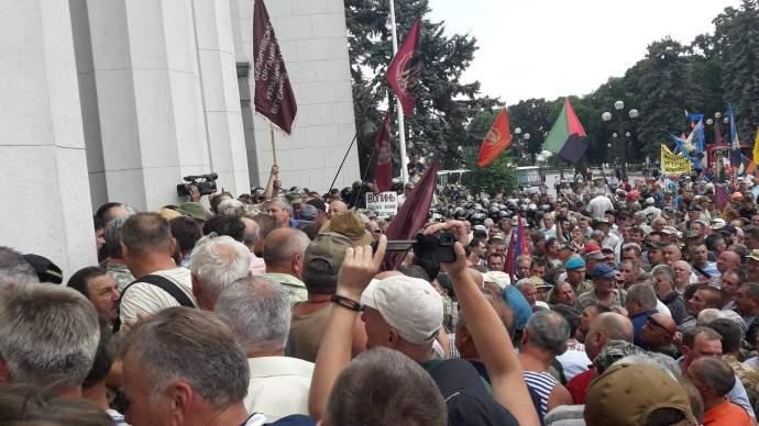 Под стенами Верховной Рады начались стычки шахтеров и афганцев с полицией (фото)