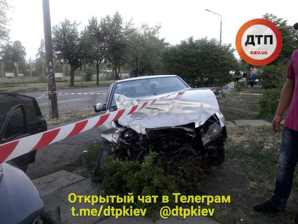 В Киеве пьяный водитель совершил ДТП и скрылся с места после оформления (фото)